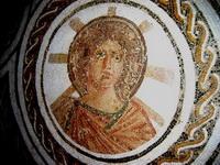 Аполлон с лучистым нимбом на римской мозаике (2 век)